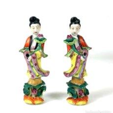 Antigüedades: PAREJA DE JÓVENES ORIENTALES. PORCELANA ESMALTADA. CHINA. SIGLO XX.. Lote 135394826