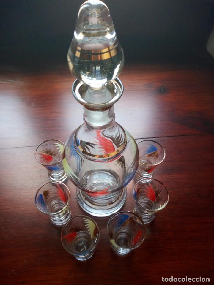 Antigüedades: Juego de licor , cristal, botella y 6 vasos, pintados a mano, detalles oro. - Foto 3 - 135409626