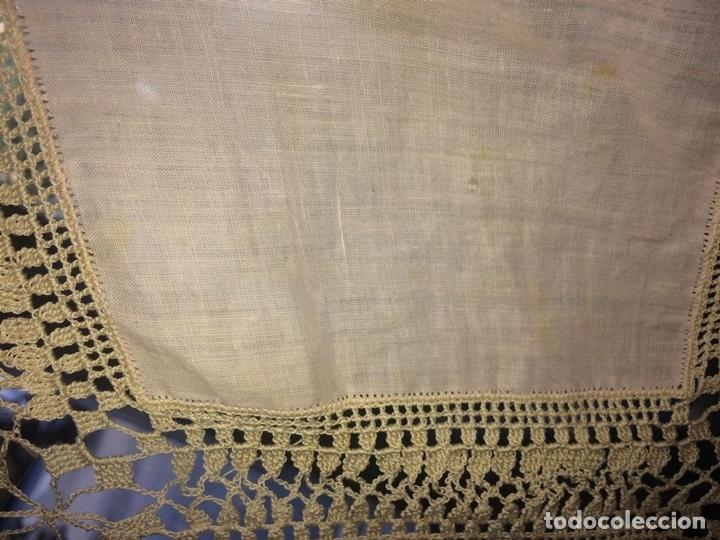 Antigüedades: MANTEL O TAPETE. FINA BATISTA. APLICACIÓN DE ENCAJES MANUALES. ESPAÑA. SIGLO XIX - Foto 10 - 135428054