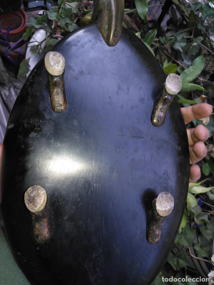 Antigüedades: Tabla artesania Valenti bandeja corte embutidos jamon - madera decoracion: cabeza de vaca en bronce. - Foto 8 - 135517330
