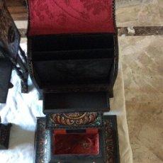 Antigüedades: ANTIGUA ESCRIBANIA, 5 PIEZAS. CUERO REPUJADO.. Lote 135566718