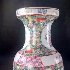 Antigüedades: JARRÓN. PORCELANA CHINA POLICROMADA A MANO, ORNAMENTACIÓN DE FLORES, AVES Y ATRIBUTOS. MITAD DE S.XX. Lote 135610074