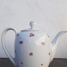 Antigüedades: CAFETERA ANTIGUA EN PORCELANA DE BAVARIA SELLADA. Lote 135613346