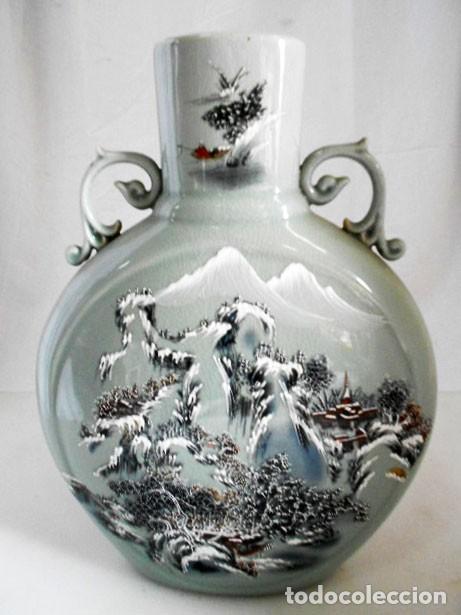 JARRÓN CON ASAS DE PORCELANA CRAQUELADA JAPONESA ESCENA PAISAJE (Antigüedades - Porcelana y Cerámica - Japón)