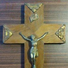 Antigüedades: CRUCIFIJO EN MADERA Y CRISTO EN METAL DORADO BUEN ESTADO 35 CM X 20CM . Lote 135623934