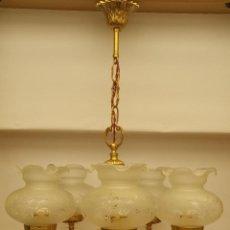 Antigüedades: LAMPARA DE TECHO DE BRONCE DE FUNDICIÓN DE 5 BRAZOS CON TULIPAS DE CRISTAL CON DIBUJOS AL ACIDO.. Lote 135652507