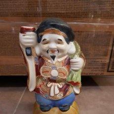 Antigüedades: ANTIGUO DECANTADOR DE SAKE JAPONÉS DAIKOKUTEN EN PORCELANA. Lote 135654815