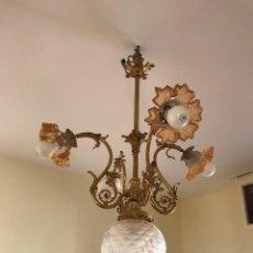 Antigüedades: LAMPARA DE TECHO EN BRONCE Y CON APLIQUES DE CRISTAL. Lote 135697659