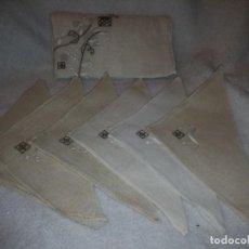 Antigüedades: BONITO Y ANTIGUO MANTEL Y 6 SERVILLETAS DE LINO CON BORDADOS A MANO. Lote 135723683