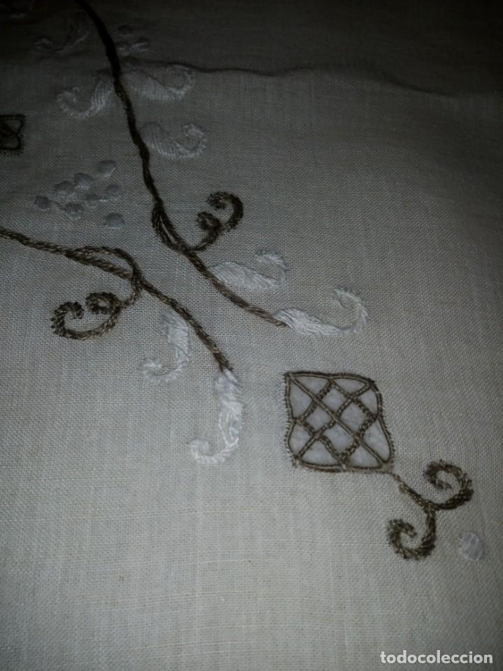 Antigüedades: Bonito y antiguo mantel y 6 servilletas de lino con bordados a mano - Foto 6 - 135723683