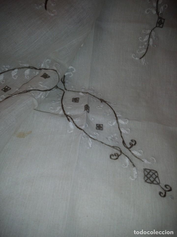 Antigüedades: Bonito y antiguo mantel y 6 servilletas de lino con bordados a mano - Foto 7 - 135723683