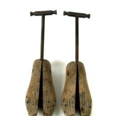 Antigüedades: LOTE DE DOS PARES DE HORMAS PARA ZAPATO. MADERA Y HIERRO. ESPAÑA. SIGLO XIX.. Lote 135761214