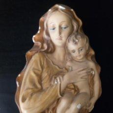 Antigüedades: FIGURA DE LA VIRGEN CON NIÑO JESUS - MATERIAL YESO - 30 X 22 CMS.. Lote 135770138