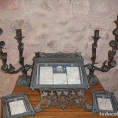 Antigüedades: JUEGO DE CANDELABROS, ATRIL Y SACRAS DE IGLESIA, SIGLO XIX. EN BRONCE.. Lote 135773022
