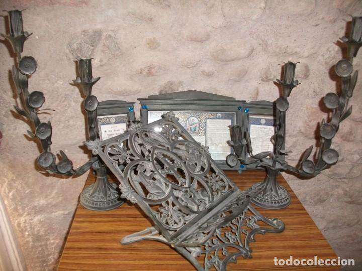 Antigüedades: Juego de candelabros, atril y sacras de Iglesia, siglo XIX. En bronce. - Foto 2 - 135773022