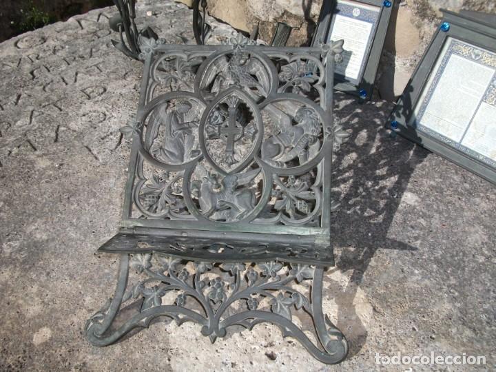 Antigüedades: Juego de candelabros, atril y sacras de Iglesia, siglo XIX. En bronce. - Foto 3 - 135773022