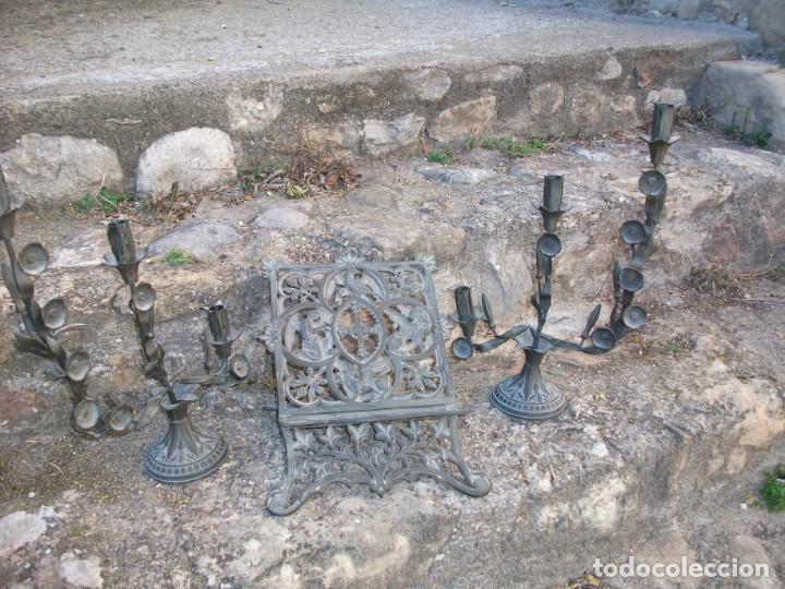 Antigüedades: Juego de candelabros, atril y sacras de Iglesia, siglo XIX. En bronce. - Foto 4 - 135773022