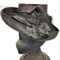 Antigüedades: SOMBRERO DE DAMA. RAFIA CHAROLADA EN NEGRO. RASO.VELO REJILLA. ESPAÑA. CIRCA 1930. Lote 135788154