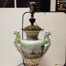 Antigüedades: ANTIGUA LAMPARA DE SOBREMESA EN CERAMICA Y LATON. Lote 135828421