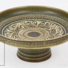 Antigüedades: CENTRO / FRUTERO DE CERÁMICA - JORDI SERRA MORAGAS - FIRMADO EN LA BASE - AÑOS 70 - DIÁMETRO 27,5 CM. Lote 135865774