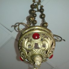 Antigüedades: ANTIGUA LAMPARITA ACEITERA DE CAPILLA METAL Y BRONCE GRABADO TRES PIEDRAS EN CRISTAL ROJAS. Lote 135903726