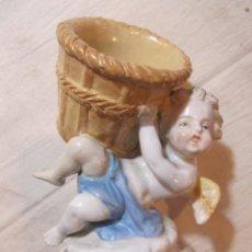 Antigüedades: PRECIOSA FIGURA EN PORCELANA ANTIGUA - QUERUBIN CON CESTA. Lote 136050774