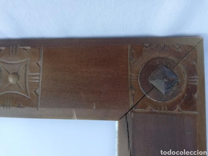Antigüedades: ANTIGUO ESPEJO EN MADERA. TALLADO Y CLAVOS EN HIERRO. CRISTAL BISELADO. - Foto 2 - 151202006