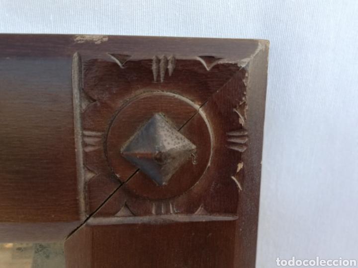 Antigüedades: ANTIGUO ESPEJO EN MADERA. TALLADO Y CLAVOS EN HIERRO. CRISTAL BISELADO. - Foto 7 - 151202006