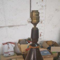 Antigüedades: LAMPARA DE MESA DE MADERA BICOLOR. Lote 136122078