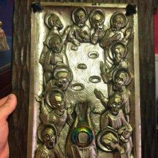 Antigüedades: PLAFON DE METAL SOBRE TABLA DE MADERA RELIEVE SAGRADA CENA ESTILO ROMANICO - MEDIDA 49X29 CM. Lote 136190682