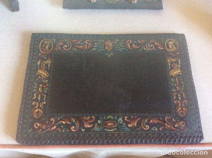 Antigüedades: ANTIGUA ESCRIBANIA, 5 PIEZAS. CUERO REPUJADO. - Foto 24 - 135566718