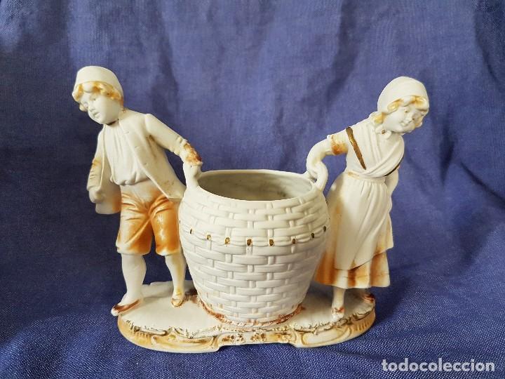 PRECIOSO Y ANTIGUO BISCUIT GERMANY A MODO DE JARDINERA CON DOS NIÑOS PP.SG.XX. (Antigüedades - Porcelana y Cerámica - Alemana - Meissen)