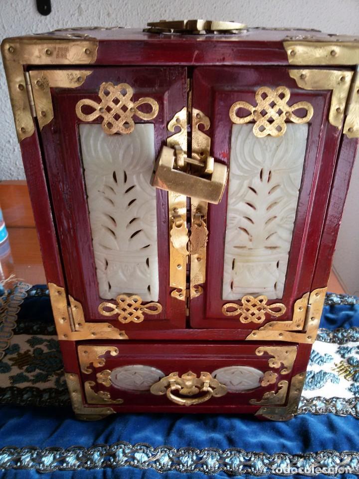 Antigüedades: Gran joyero chino de viaje, adornos de metal/bronce? y jade blanco.Numerado - Foto 2 - 136272722