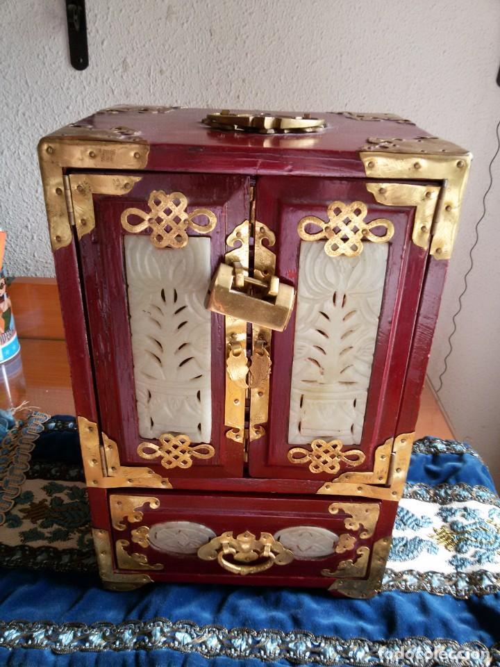 Antigüedades: Gran joyero chino de viaje, adornos de metal/bronce? y jade blanco.Numerado - Foto 3 - 136272722