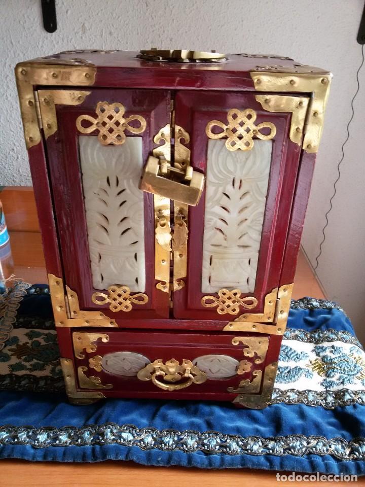 Antigüedades: Gran joyero chino de viaje, adornos de metal/bronce? y jade blanco.Numerado - Foto 4 - 136272722