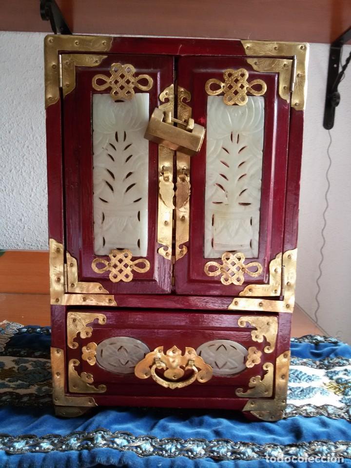 Antigüedades: Gran joyero chino de viaje, adornos de metal/bronce? y jade blanco.Numerado - Foto 5 - 136272722