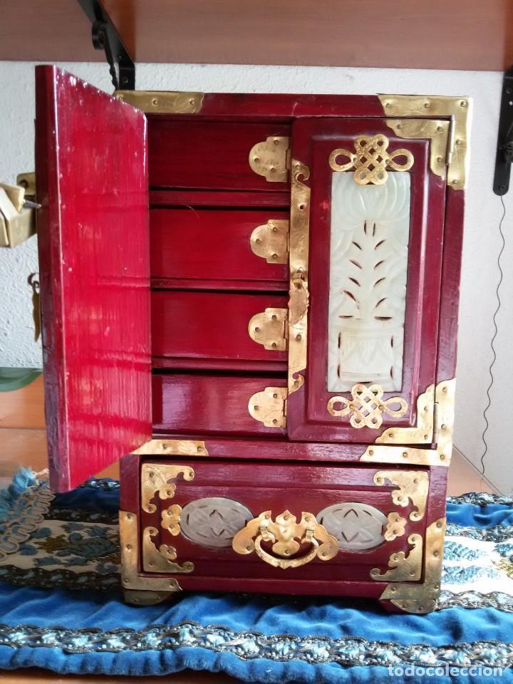 Antigüedades: Gran joyero chino de viaje, adornos de metal/bronce? y jade blanco.Numerado - Foto 6 - 136272722