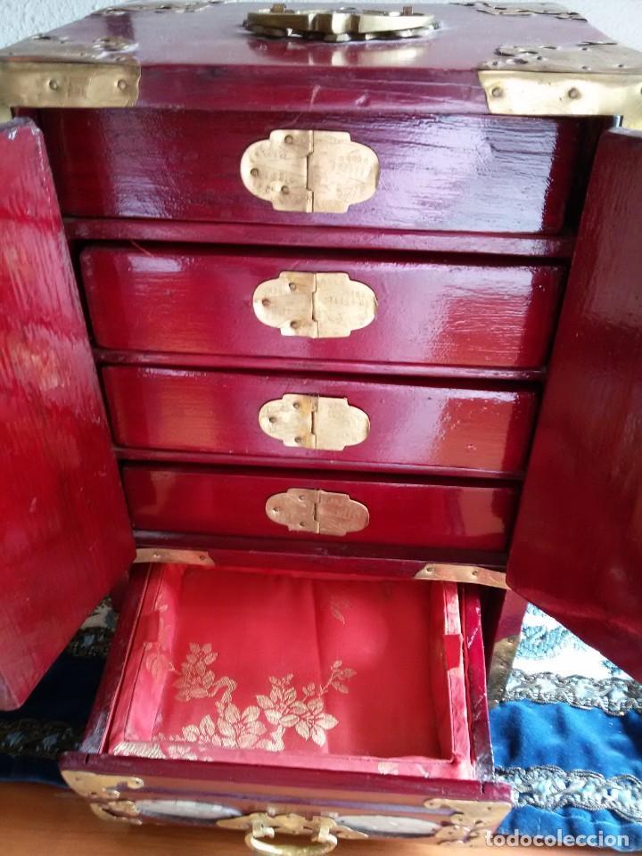 Antigüedades: Gran joyero chino de viaje, adornos de metal/bronce? y jade blanco.Numerado - Foto 8 - 136272722