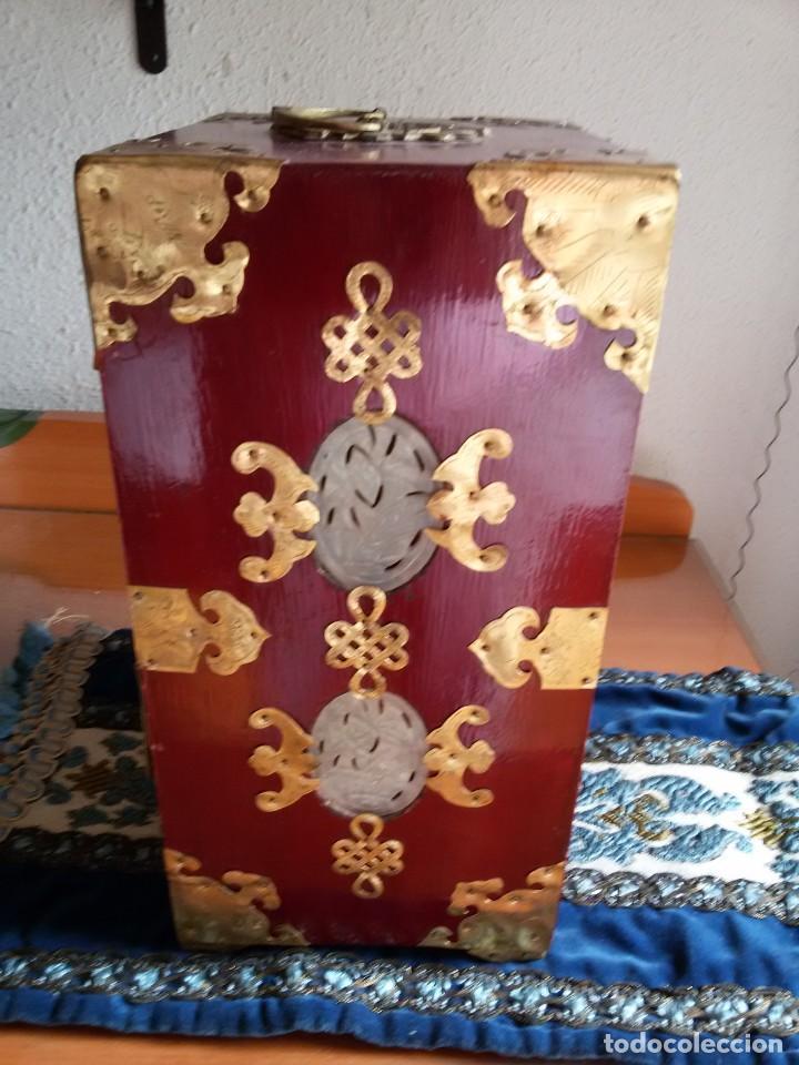 Antigüedades: Gran joyero chino de viaje, adornos de metal/bronce? y jade blanco.Numerado - Foto 9 - 136272722