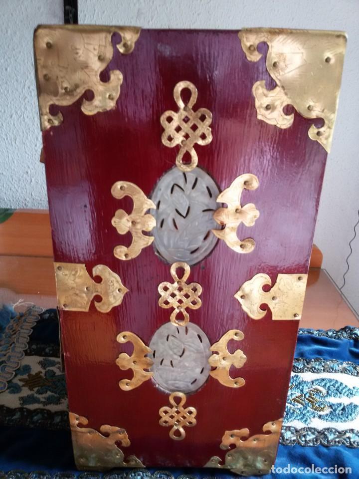 Antigüedades: Gran joyero chino de viaje, adornos de metal/bronce? y jade blanco.Numerado - Foto 10 - 136272722