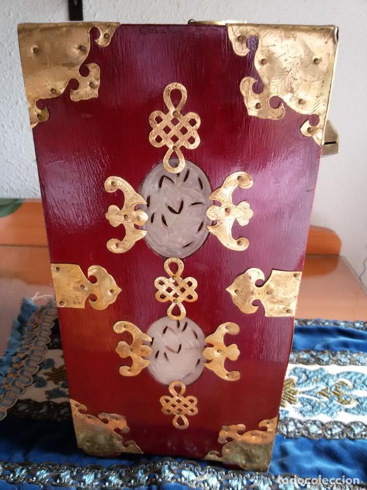 Antigüedades: Gran joyero chino de viaje, adornos de metal/bronce? y jade blanco.Numerado - Foto 16 - 136272722