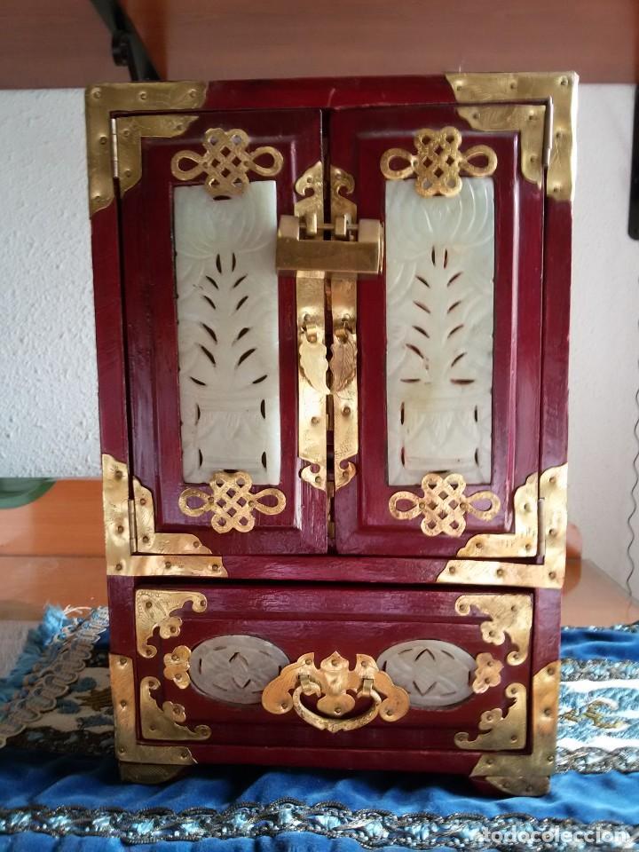 Antigüedades: Gran joyero chino de viaje, adornos de metal/bronce? y jade blanco.Numerado - Foto 17 - 136272722