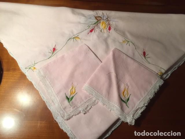 Antigüedades: Pequeño mantel tipo tu y yo años 50. lino con bordados y encajes 76x76cm ideal decoracion o muñecas - Foto 2 - 136275266