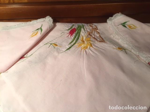 Antigüedades: Pequeño mantel tipo tu y yo años 50. lino con bordados y encajes 76x76cm ideal decoracion o muñecas - Foto 3 - 136275266