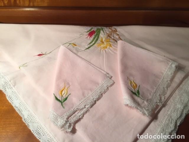 Antigüedades: Pequeño mantel tipo tu y yo años 50. lino con bordados y encajes 76x76cm ideal decoracion o muñecas - Foto 4 - 136275266
