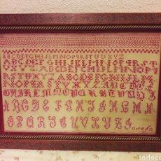 Antigüedades: ANTIGUO CUADRO ABECEDARIO COMPLETO 1890 EN PUNTO DE CRUZ ENMARCADO. Lote 136305784
