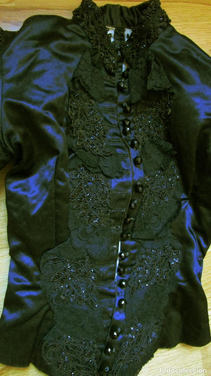 Antigüedades: Antiguo cuerpo de de raso negro, encajes, pasamanería,18 botones. finales S.XIX-PPS XX - Foto 2 - 144746482