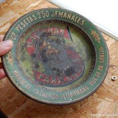 Antigüedades: PLATO CENICERO DE CHAPA LITOGRAFIADO MÁQUINAS DE COSER SINGER AÑOS 30. Lote 136314454