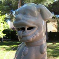 Antigüedades: PERRO DE FOO - DRAGON CHINO - QUIMERA. PORCELANAS HISPANIA MANISES. SELLADO Y NUMERADO.. Lote 145494561