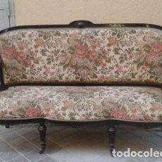 Antigüedades: ESTRADO ANTIGUO, DE ESTILO ALFONSINO, CON RUEDAS, EN MUY BUEN ESTADO.. Lote 136394182